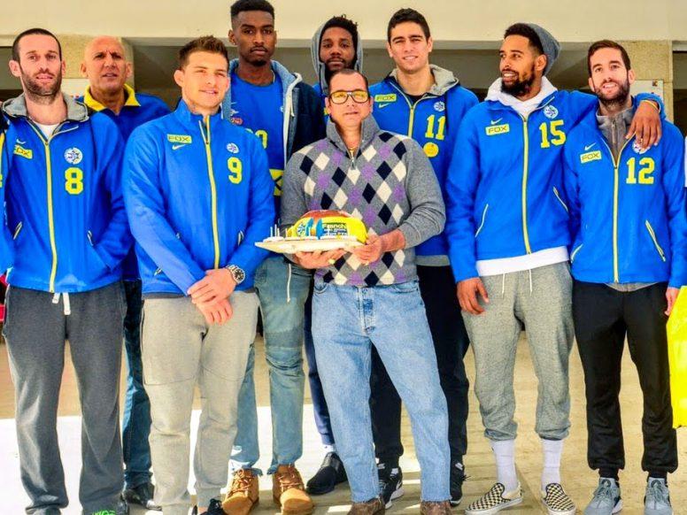 """לפי מיטב המסורת, בכל שנה, מרצ'לו אינצ'ליני ושחקני מכבי ת""""א כדורסל משמחים ילדים בחנוכה בביה""""ח שניידר לילדים."""